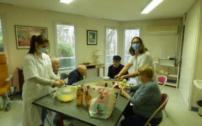 Atelier de stimulation sensorielle sur le thème de la pomme à L'Unité d'Hébergement Renforcée (UHR) de la résidence du Shamrock.
